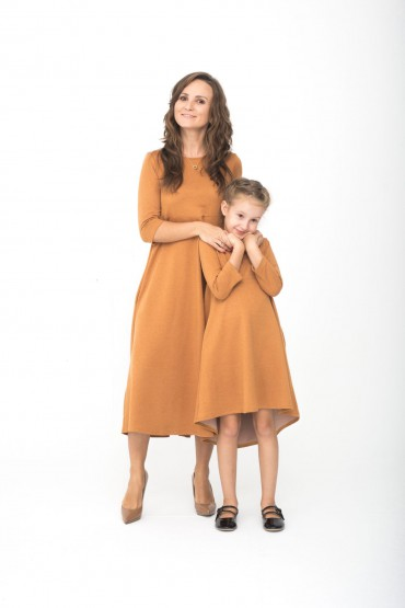 Zestaw sukienek dla mamy i córki w kolorze karmel