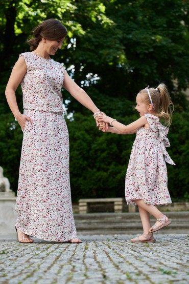 Komplet sukienek w kwiaty dla mamy i córki z dekoltem na plecach - Power of flowers