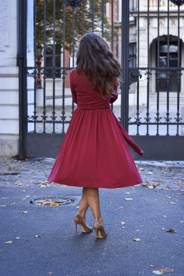 Kopertowa sukienka midi z dekoltem w kształcie litery V - burgund