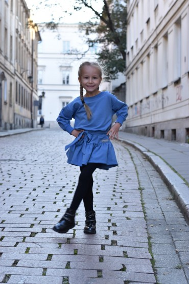 Luźna sukienka z falbaną i paskiem dla dziewczynki - niebieska