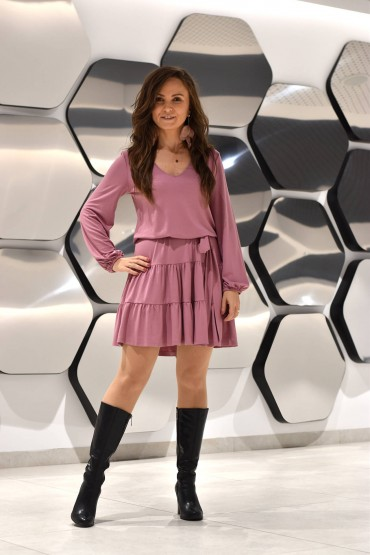 Knitted dress with a V-neck and a belt - pink pastel, standard length