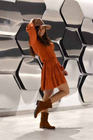 Knitted dress with a V-neck and a belt - coppery colour, standard length