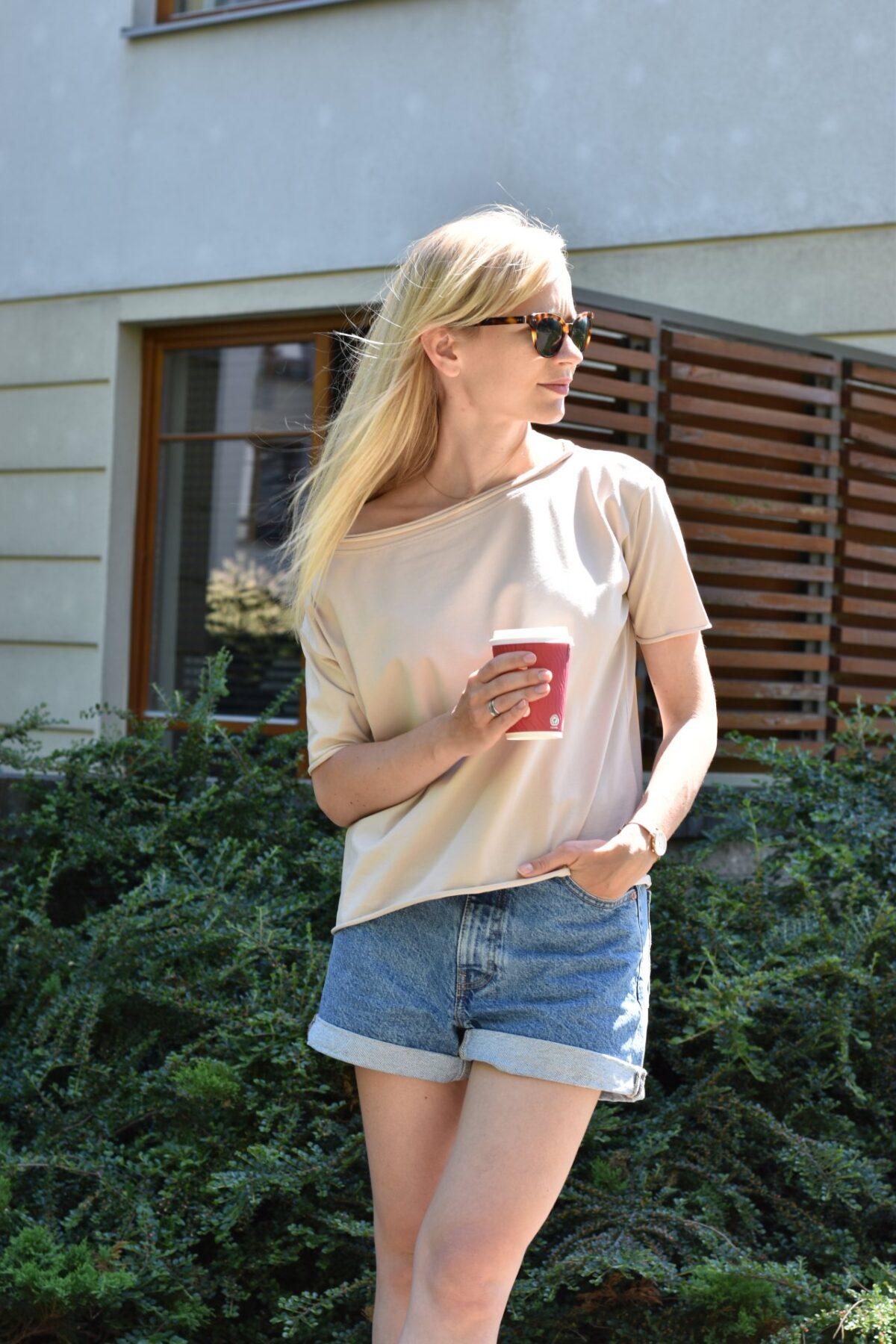 Top, T shirt damski – uniwersalny i bazowy dla wielu stylizacji – w czym tkwi tajemnica sukcesu topu o pudełkowym kroju?